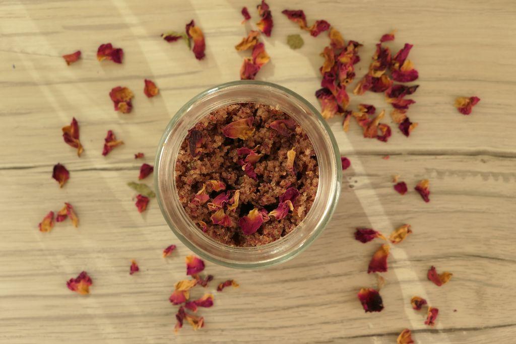 jak zrobić różany cukrowy peeling do ciała