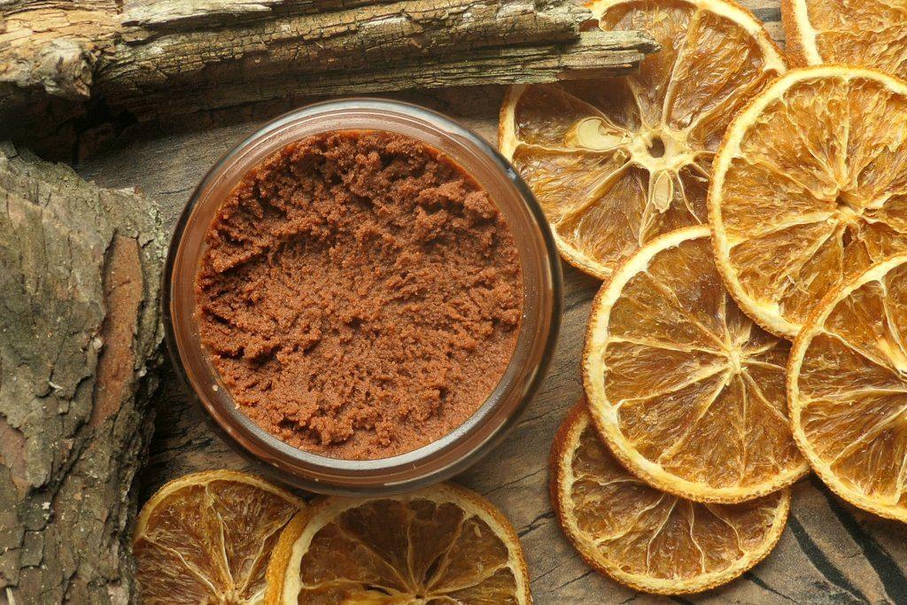 delikatny cedrowo pomarańczowy peeling do twarzy