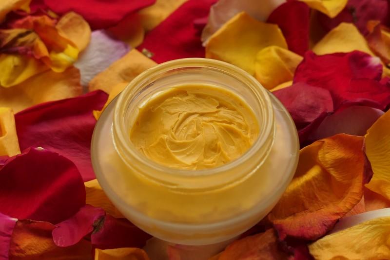 jak zrobić różany krem do rąk na wosku pszczelim